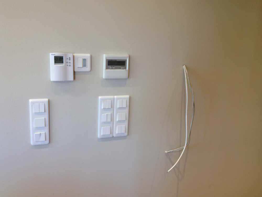 Συμβατική καινούργια ηλεκτρική εγκατάσταση σε επαγγελματικό χώρο